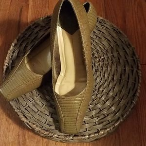 Vintage avocado green crocodile patterned heels
